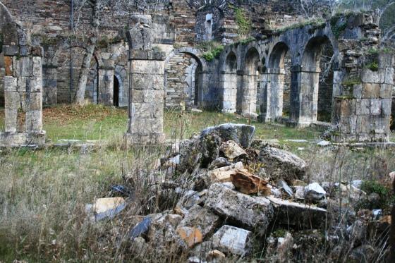 Ruinas del claustro (siglo XVII) del Monasterio de San Pedro de Montes en El Bierzo, León, España. © Miguel Busto