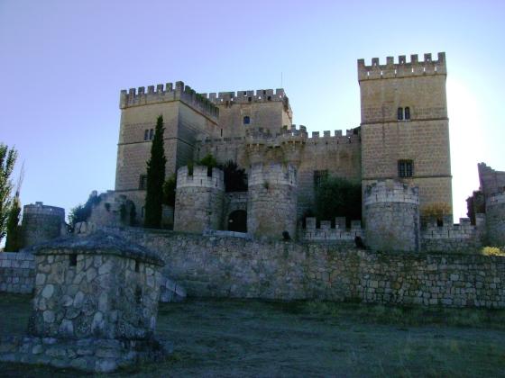 Castillo de Ampudia (Palencia, Castilla y León), fechado en el siglo XV y con una restauración particular.