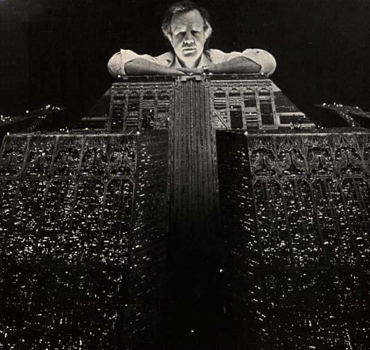 Douglas Trumbull con una maqueta de 'Blade Runner'
