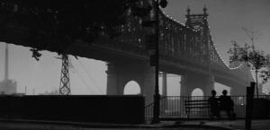Fotograma de la película Manhattan (1979)   En este caso es un amanecer, pero algo especial parece entrañar este momento del filme. Y es que supone un punto de inflexión en la película y en los sentimientos de Isaac Davis (Woody Allen) hacia Marie Wilikie (Diane Keaton)