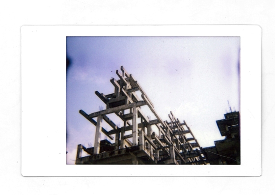 © Daniel Natoli - Edificaciones improvisadas. Tomada con una Diana F+ con un acople trasero para Polaroid.
