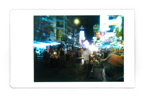 © Daniel Natoli - El comercio itinerante se encuentra en cualquier esquina, a cualquier hora y ofertándose a cualquier precio. Tomada con una Diana F+ con un acople trasero para Polaroid.