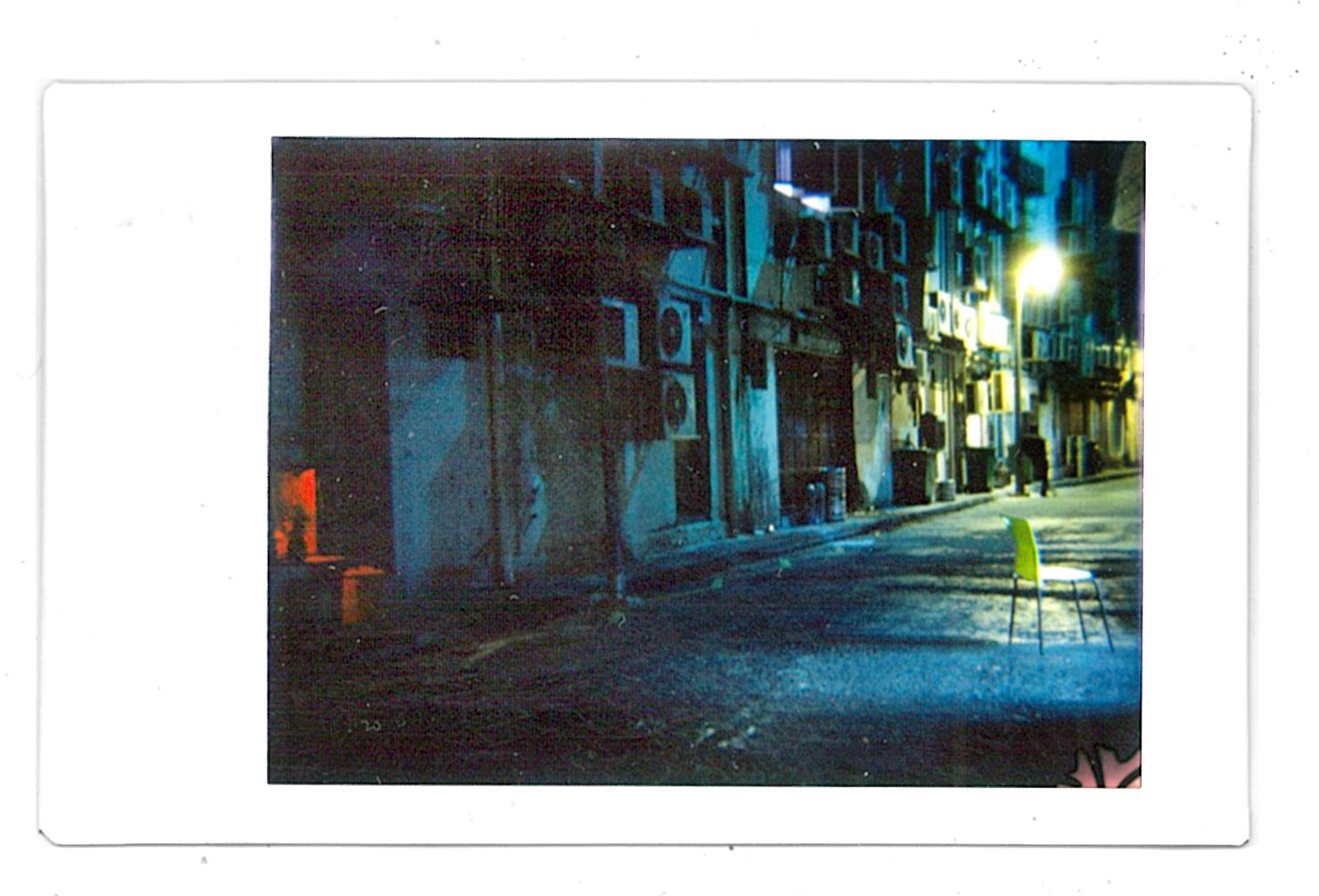 © Daniel Natoli - Es el lugar donde habitan las personas anónimas. Tomada con una Diana F+ con un acople trasero para Polaroid.
