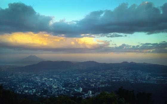 Ciudad de San Salvador, vista desde el volcán de San Salvador, Departamento de San Salvador.