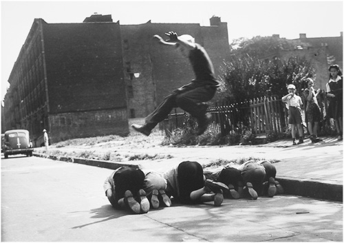 Arthur Leipzig: Saltando sobre barriles, NYC. 1943