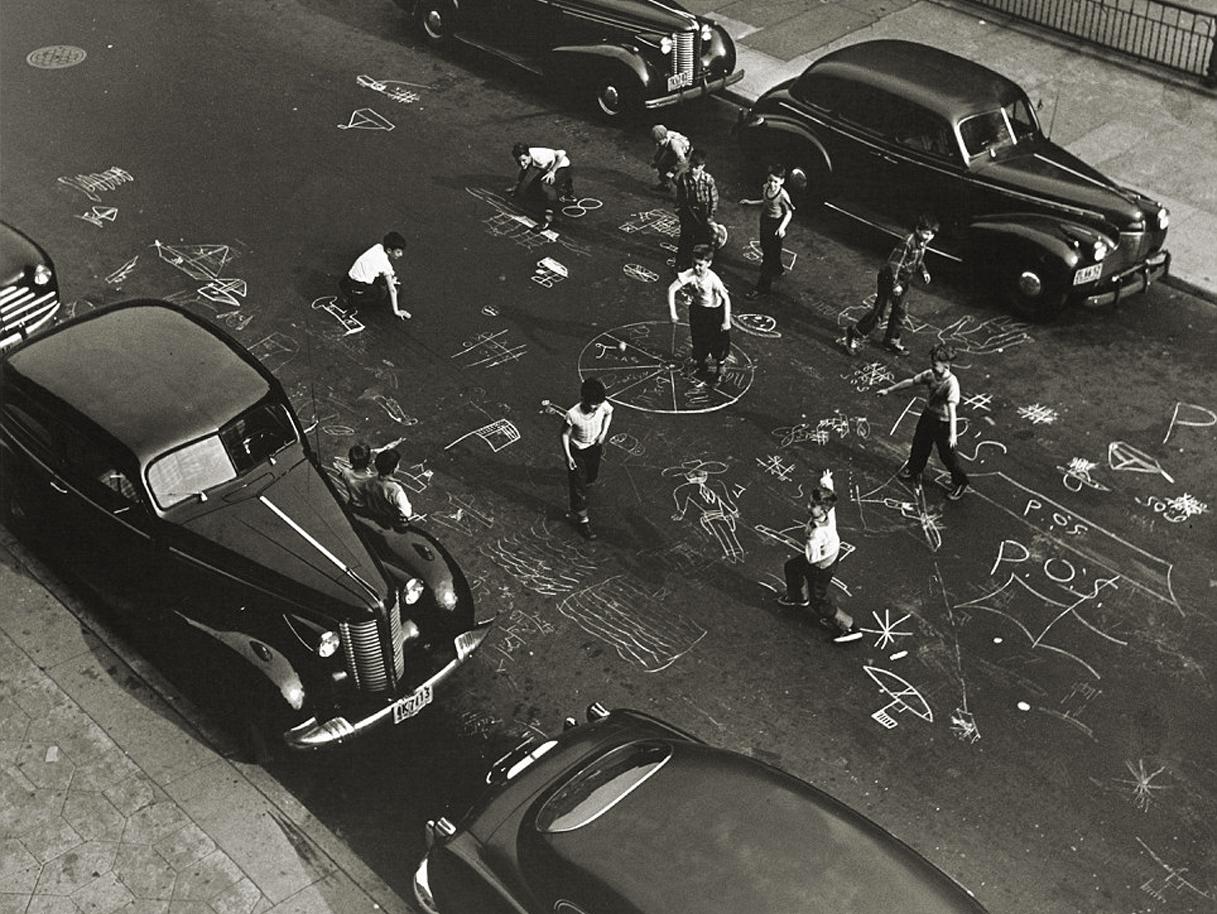Arthur Leipzig: Niños jugando con tiza en Prospect Place, Brooklyn, NYC. 1950