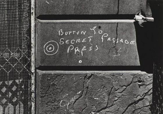 Helen Levitt: Botón al pasaje secreto, NYC, 1938.