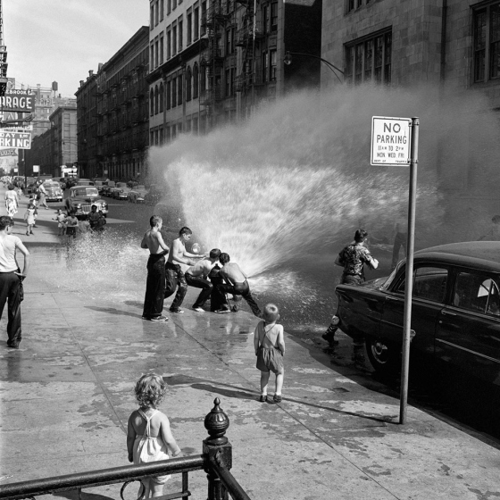 Vivian Maier: Niños jugando con una boca de incendios, NYC verano de 1954