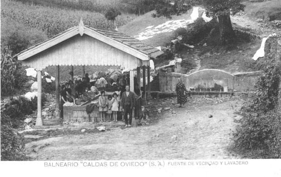 Ilustración 1 Fotografía de principios del siglo XX del lavadero, fuente y abrevadero de Las Caldas de Oviedo en pleno funcionamiento. Foto del Archivo del Ayuntamiento de Oviedo.