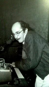 Herminio Molero a los teclados de Radio Futura. Fotografía del MNCARS.