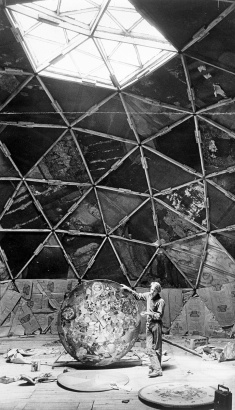 [4] Buckminster Fuller bajo una cúpula geodésica